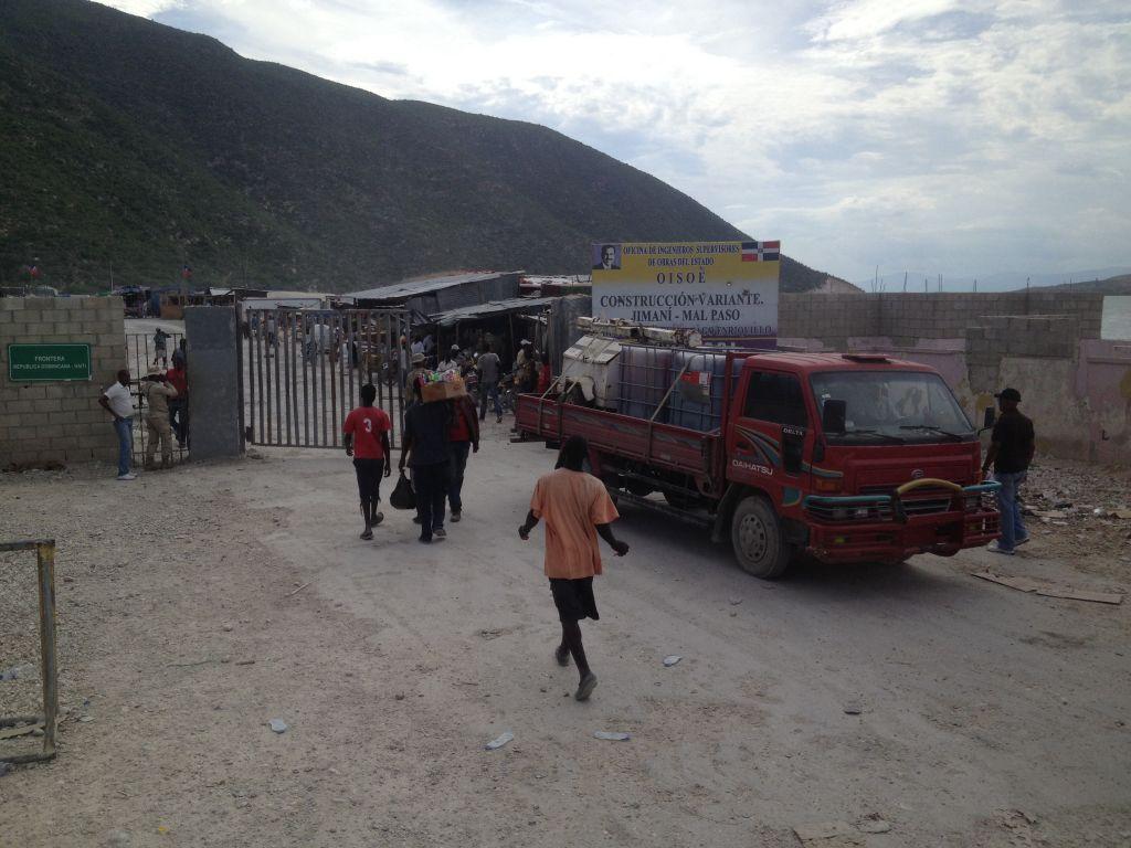 Auf dem Weg von Santo Domingo nach Haiti. Grenze.