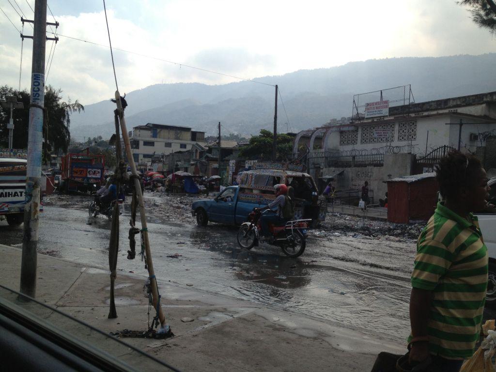 Bei Regen verwandeln sich viele Straßen in Müll und Schlammbäche